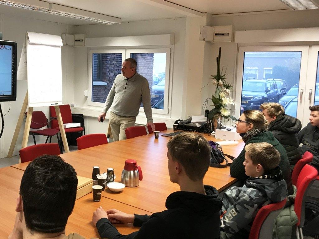 Foto bij: Gert-Jan geeft voorlichting aan leerlingen