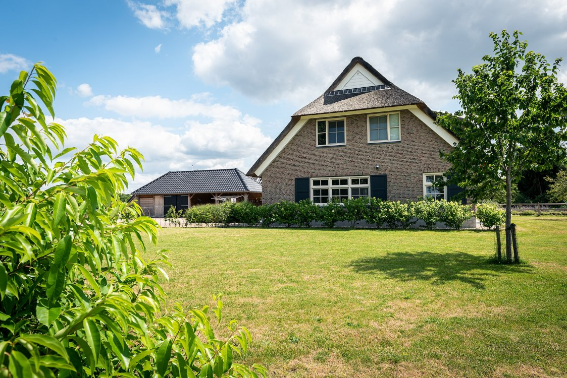 Foto bij: Rietgedekte woning
