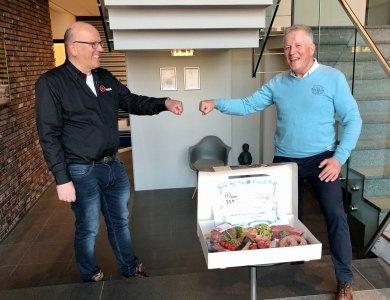 Foto bij:Gerrit-Jan feliciteert Jan!